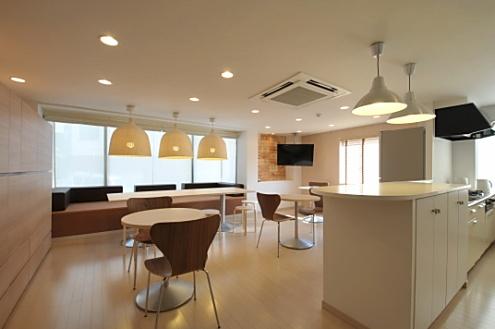 個室3つを改装してシェア入居者が集うリビングに。